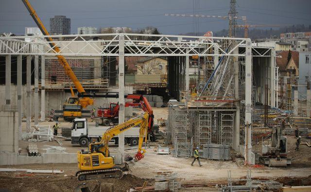 Naložbe (na sliki gradbišče ljubljanske Ikee) so eno glavnih gonil gospodarske rasti. Foto: Jure Eržen/delo