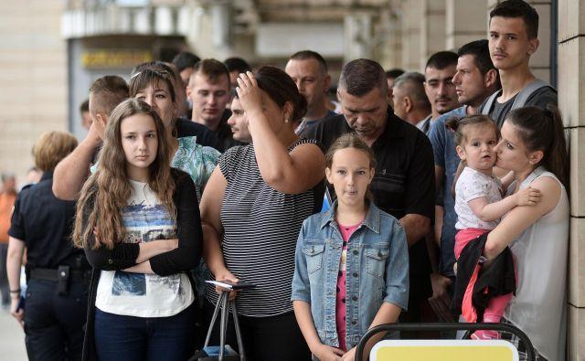 Gneča čakajočih na dovoljenje za bivanje pred slovenskim konzulatom je stalni prizor v središču Banjaluke. FOTO: Veljo Tripić