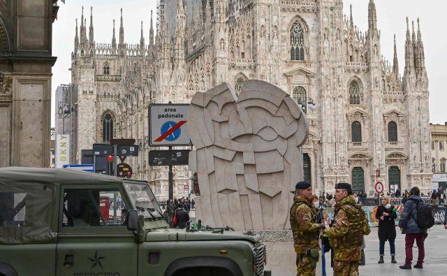 Stolnični trg v Milanu varuje vojska. FOTO: Miguel Medina/AFP
