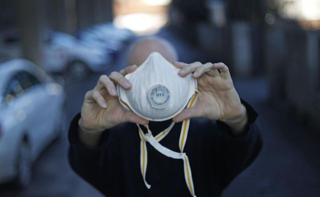 Trgovci oziroma proizvajalci obraznih mask z ustrezno stopnjo zaščite proti virusom, lahko v tem času obogatijo čez noč. FOTO: Leon Vidic/Delo