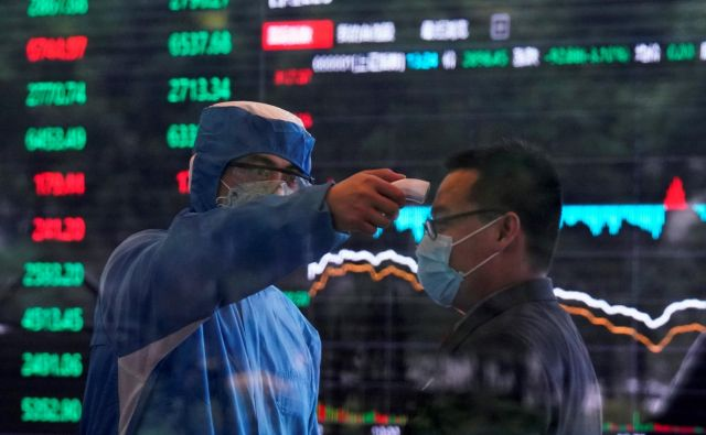 Tako slabe teden na svetovnih borzah se je nazadnje zgodil leta 2008, bolj so delnice zdrsnile še ob poletnem unovčevanju dobičkov avgusta 2011, a so se takrat padci razporedili na več tednov. FOTO: Aly Song/Reuters