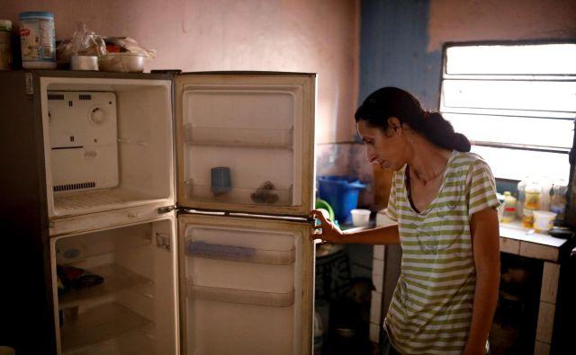 Tretjina Venezuelcev nima denarja, da bi si lahko kupili dovolj hrane. FOTO: Carlos Garcia Rawlins/Reuters