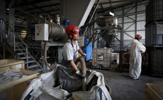 V Kemisu so po obnovi po požaru dobivali soglasja za delovanje s strani gradbene inšpekcije, ki jim zdaj izdaja odločbe o gradnji na črno. FOTO: Matej Družnik/Delo