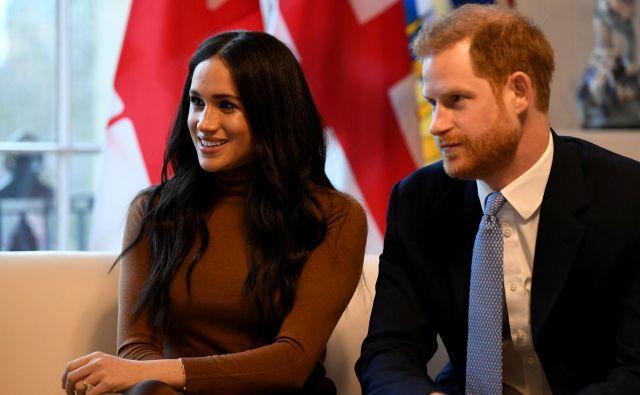 Harry in Meghan sta v začetku leta šokirala, ko sta sporočila, da bi se rada delno umaknila od kraljevih dolžnosti.FOTO: Pool New/Reuters