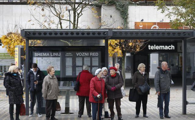 Upokojenci z negotovostjo spremljajo usodo napovedane izredne uskladitve pokojnin. FOTO: Leon Vidic/Delo