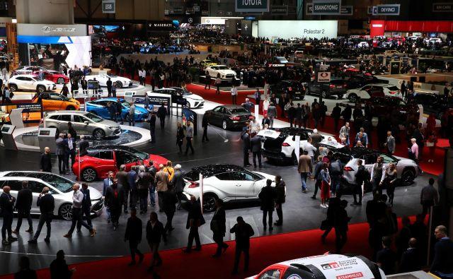 Obiskovalci na lanski razstavi avtomobilov v Ženevi.<br /> FOTO: Reuters