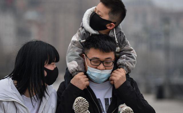 Nov koronavirus, najprej odkriv v kitajskem Wuhanu, so poimenovali sars-cov-2, bolezen, ki jo povzroča, pa covid-19. FOTO: Hector Retamal/AFP