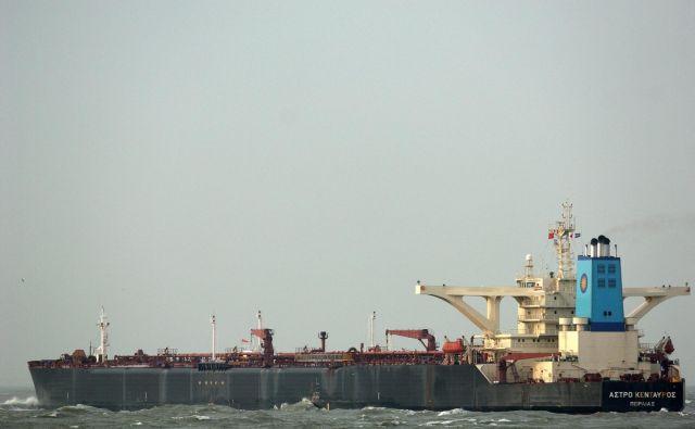 Pred koprskim pristaniščem so ustavili tanker zaradi suma na koronavirus. FOTO: EPA