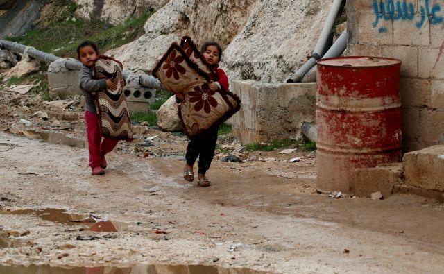 Notranje razseljeni sirski deklici v begunskem taborišču v Sarmadi v provinci Idlib. Foto: Reuters