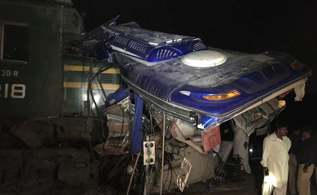 Vse žrtve in poškodovani so z avtobusa, na vlaku je lažje poškodbe utrpel samo pomočnik strojevodje, je sporočil predstavnik železnic. FOTO: Afp