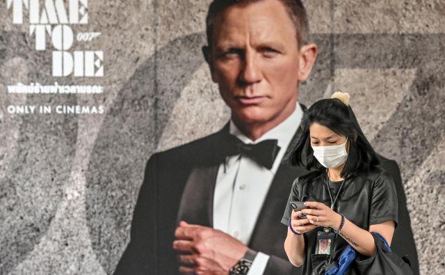 Daniel Craig petič in domnevno zadnjič igra Jamesa Bonda v filmu <em>Ni čas za smrt</em>. Na ogled bo treba počakati še devet mesecev.<br /> FOTO: AFP