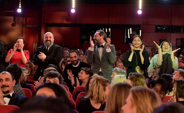 Ekipa iranskega filma Zla ni se je razveselila zlatega medveda. FOTO: Tobias Schwarz/AFP
