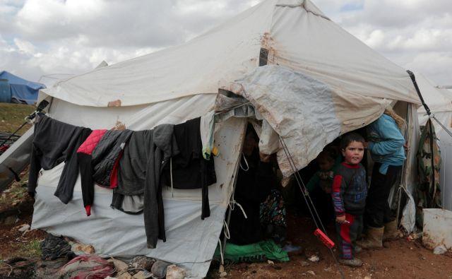 V Idlibu je približno milijon razseljenih oseb. V provinci vlada velika humanitarna kriza. FOTO: Khalil Ashawi/Reuters