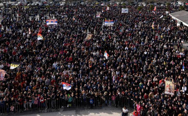Protestni molitveni shodi, ki jih ob četrtkih in nedeljah v črnogorskih mestihpripravlja Srbska pravoslavna cerkev, trajajo že dva meseca. FOTO: AFP