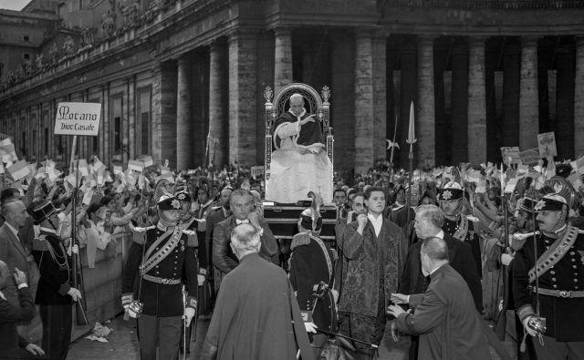 Papež Pij XII. na nedatirani fotografiji blagoslavlja mladino na Trgu svetega Petra v Vatikanu. FOTO: AFP