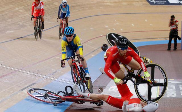 Med finalno 30 km dolgo dirko za ženske na svetovnem kolesarskem prvenstvu na velodromu v Berlinu, je prišlo do trčenja kolesark. FOTO: Odd Andersen/Afp<br />