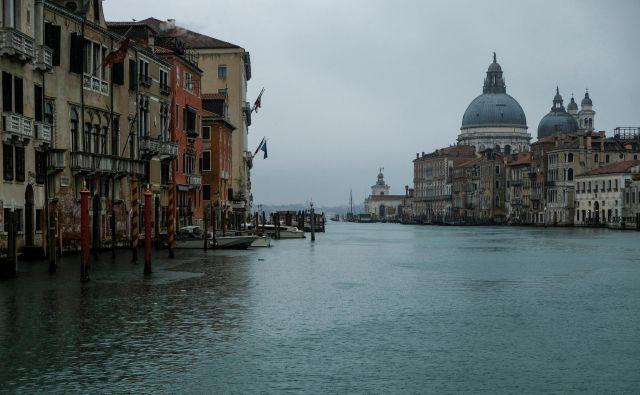 Redek prizor praznega Velikega kanala v Benetkah.Koronavirus je zdesetkal tudi promet po osrednjem beneškem kanalu. FOTO: Manuel Silvestri/Reuters
