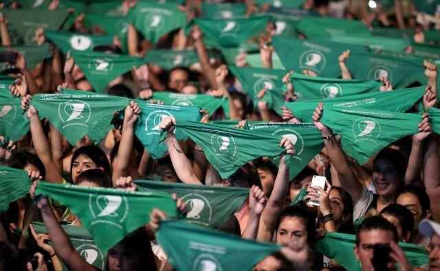 Aktivisti med shodom za legalizacijo abortusa držijo zelene robčke, ki simbolizirajo gibanje pravic do splava.FOTO: Agustin Marcarian/Reuters