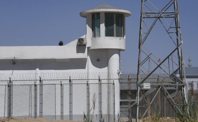 Takšne ograje in stražni stolpi obdajajo prevzgojno taborišče za Ujgure na obrobju mesta Hotan v provinci Xinjiang. Podobno so menda opremljene tudi nekatere tovarne po vsej Kitajski, v katere po novem premeščajo Ujgure iz Xinjianga. FOTO: Greg Baker/AFP