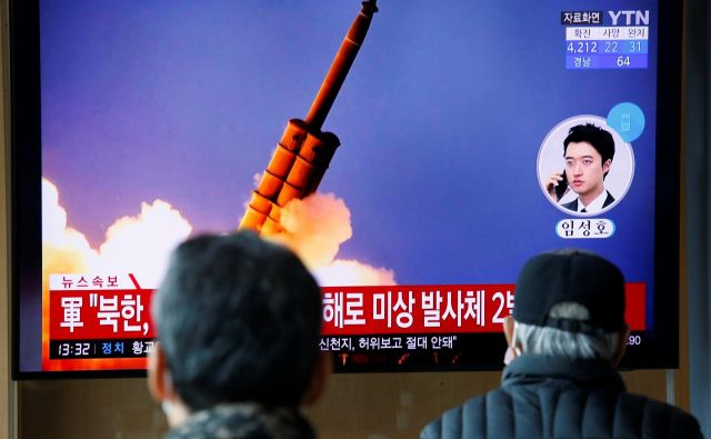 Pogovori med ZDA in Severno Korejo o severnokorejskem programu jedrskega orožja in ameriških gospodarskih sankcijah so zastali lani po propadlem februarskem vrhu med Donaldom Trumpom v Hanoju. FOTO: Heo Ran/Reuters