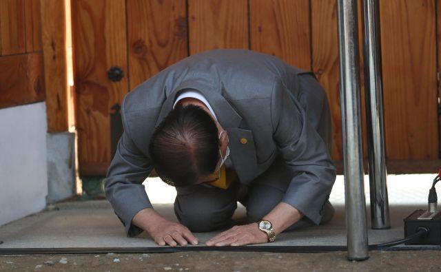 Vodja verske skupnosti, ki je povezana s širjenjem koronavirusa v Južni Koreji, je pred javnostjo prosil odpuščanja. FOTO: AFP