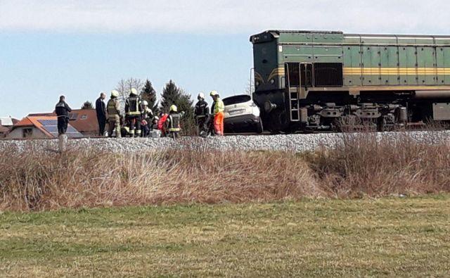 V naselju Boreci (Križevci pri Ljutomeru) sta trčila vlak in osebni avtomobil. Foto: Oste Bakal/Slovenske Novice