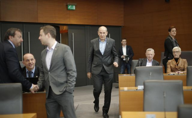 Janez Janša bo danes na tajnem glasovanju izmeril, koliko podpore med 48 poslanci »svoje« koalicije ima. FOTO: Jure Eržen/Delo