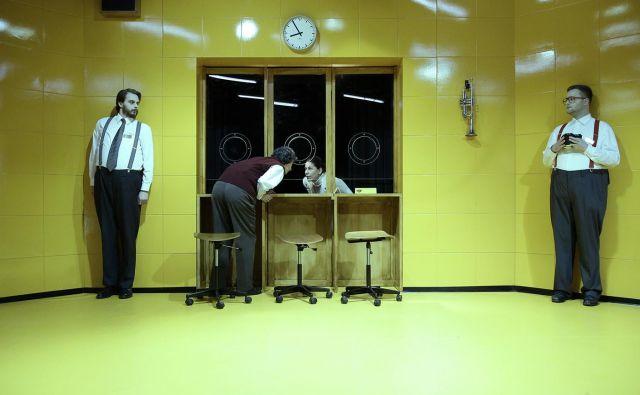 Režiser Juš A. Zidar je jasno začrtal mejo komičnosti, ki se je ne sme prestopiti, da ne bi pristali v praznem burkaštvu. Foto Damjan Švarc