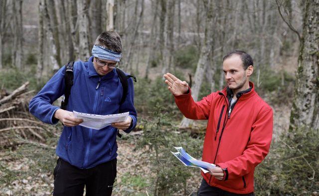 Morebitni kosi so domnevno padli na tla med Goriško vasjo in Trebnjem. Včeraj je prečesavanje terena organiziral geolog Bojan Ambrožič (levo). Foto Voranc Vogel