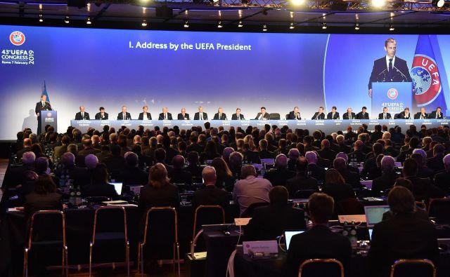 Takole je Aleksander Čeferin nagovoril navzoče na lanskem kongresu v Rimu, na katerem si je zagotovil svoj prvi polni mandat predsednika Uefe. FOTO: AFP