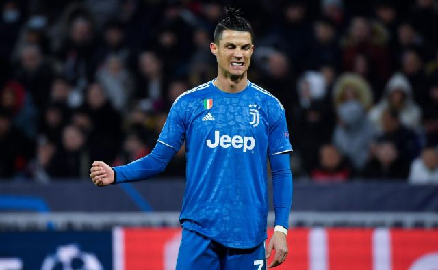 Nogometaši Juventusa in med njimi tudi udarni zvezdnik Cristiano Ronaldo bodo morali počakati na novi datum pokalne tekme z Milanom. FOTO AFP