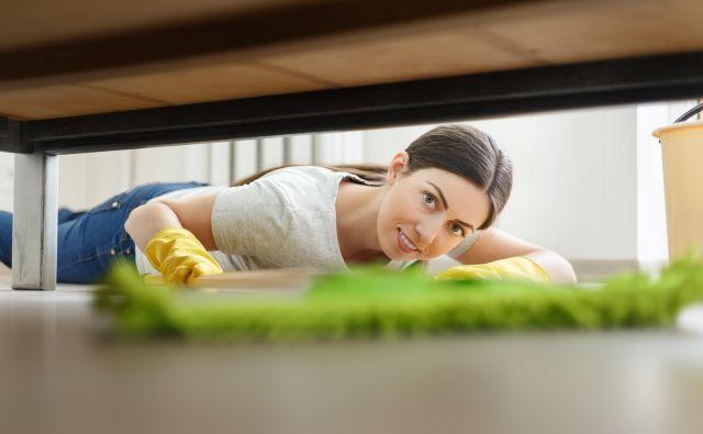 Pod posteljo se pogosto nabira prah, ki ga med vsakotedenskim sesanjem zgrešimo. FOTO: Shutterstock