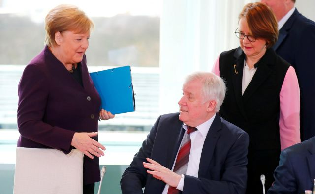 Nemški notranji minister Horst Seehofer je zavrnil roko Angele Merkel kot del novega bontona, ki ga diktira pandemija koronavirusa. FOTO: Hannibal Hanschke/Reuters