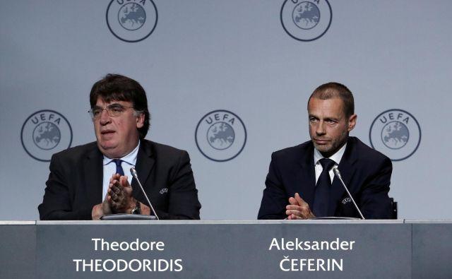 Theodore Theodoridis in Aleksander Čeferin med sejo Uefinega kongresa v Amsterdamu. FOTO: Reuters