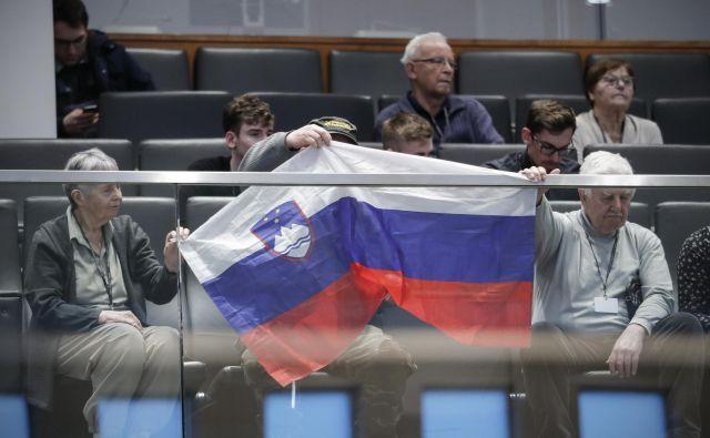Podporniki Janeza Janše so bili včeraj tudi v državnem zboru. FOTO: Uroš Hočevar