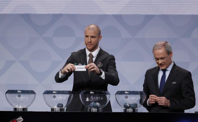 Nekdanji nogometaš Philippe Senderos in namestnik generalnega sekretarja Uefe Giorgio Marchetti z listkom Slovenije. FOTO: Reuters