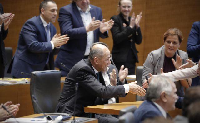 Po tajnem glasovanju so premieru Janezu Janši najprej čestitali poslanci nove koalicije, ki so k njegovi izvolitvi prispevali 47 glasov. FOTO: Jure Eržen