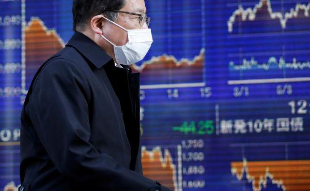 Virusni okužbi niso izpostavljeni samo vlagatelji, pač pa očitno tudi delnice. FOTO: Reuters