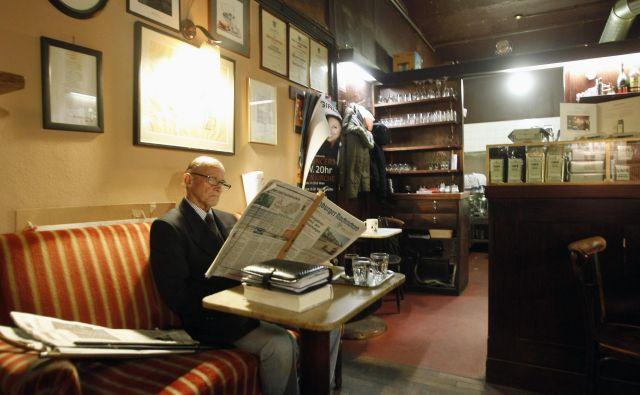 Bralec časopisa v dunajski kavarni Hawelka.FOTO: Reuters