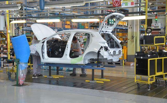 Proizvajalec avtomobilov ima težave z dobavo motorjev in menjalnikov iz tovarne v Tučiji. FOTO: Gašper Boncelj