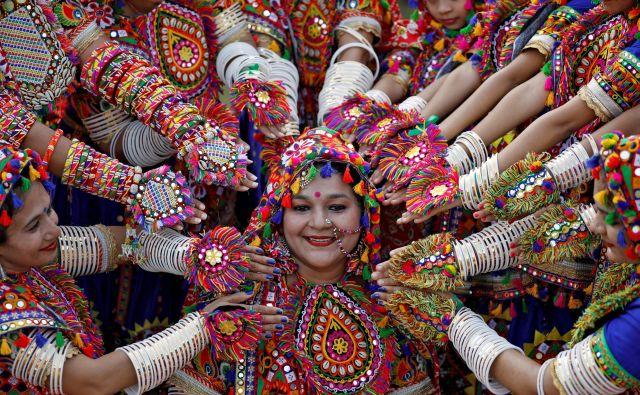 Portret indijskih udeleženk, oblečenih v tradicionalna oblačila, med pripravami prihajajoči estival Navratri, na katerem častijo hindujsko boginjo Durgsa. FOTO: Amit Dave/Reuters<br />