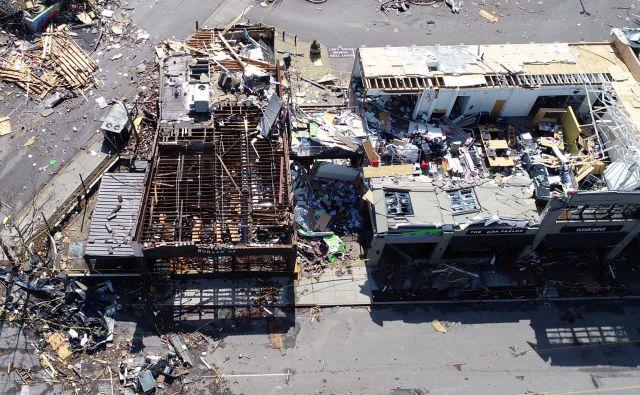 Številne stavbe v Nashvillu so se med divjanjem tornadov porušile. FOTO: Drone Base/Reuters