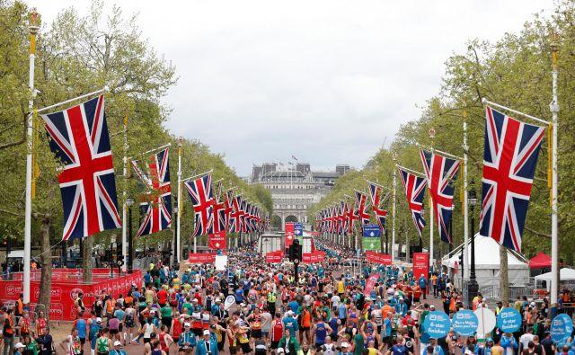 Več kot 40.000 tekačev in tekačic se je lanskega aprila preizkusilo na znamenitem londonskem maratonu, ki mu letos grozi, da ga bodo odpovedali. FOTO: Reuters