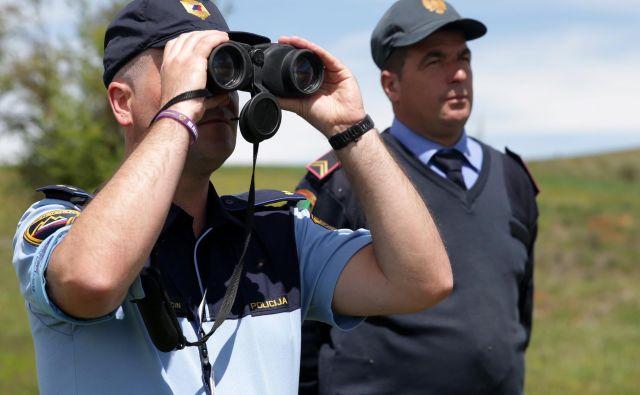 Pripadniki Frontexa smejo nositi in uporabiti strelno orožje in prisilna sredstva. FOTO: Reuters