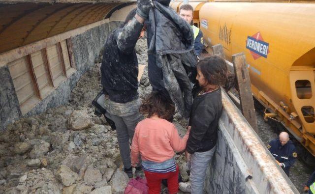 Življenje je za pot čez schengensko mejo tvegalo 12 otrok. FOTO: PU Novo mesto