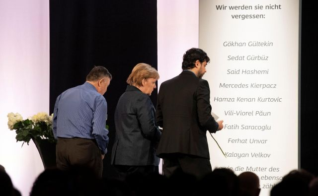 Slovesnosti v Hanau se je udeležila tudi kanclerka Angela Merkel. Foto: Reuters