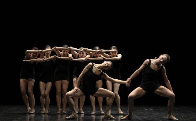 <em>Falling Angels</em> je zasnovan kot »lahkoten umetniški poklon plesalkam«. Foto Tiberiu Marta