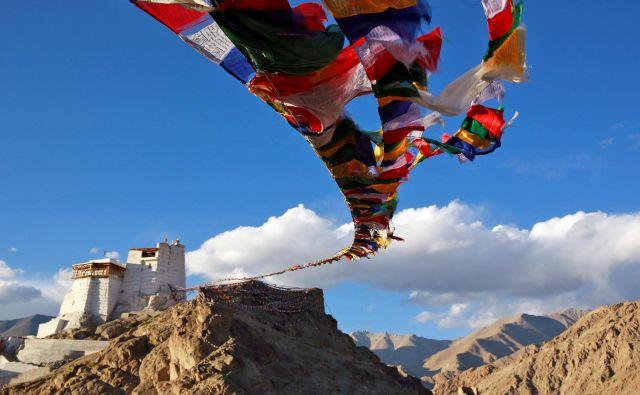 »Štiri tisoč metrov nad morjem in visoko nad zasneženim obrežjem gorskega jezera v zahodni Himalaji sem v neki votlini videl tri šepetajoče menihe.« FOTO: Reuters
