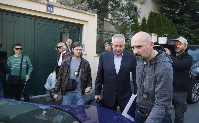 Nekdanji hrvaški premier Ivo Sanader (na fotografiji tretji z desne ob odhodu v zapor Remetinec aprila lani) mora na sojenjih pojasnjevati, kako je prišel do premoženja. FOTO: CROPIX