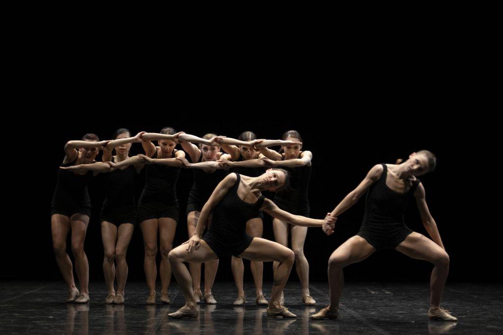 Igriv, humoren in vojaško natančen baletni triptih